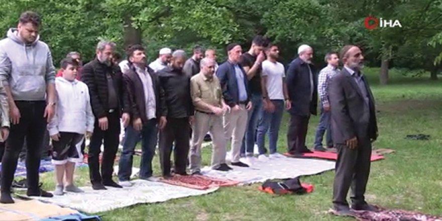 Almanya'da parkta cuma namazı kılındı