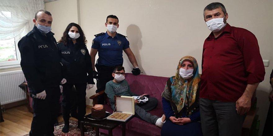 Polisi görünce kaçarken ayağını kıran çocuğa polislerden ziyaret