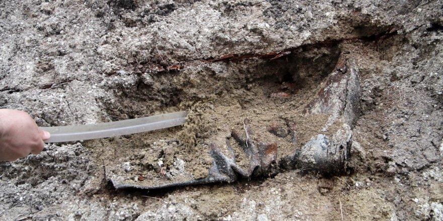 Rus General'in tabutunun bulunduğu alanda askeri bot ve elbiseleri ile gömülü iskeletlere rastlandı