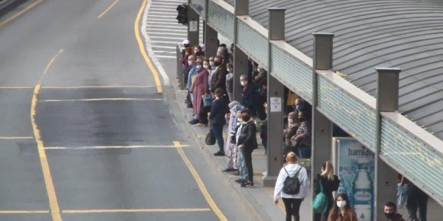 Normalleşmenin ilk sabahı metrobüs durağında insan yoğunluğu