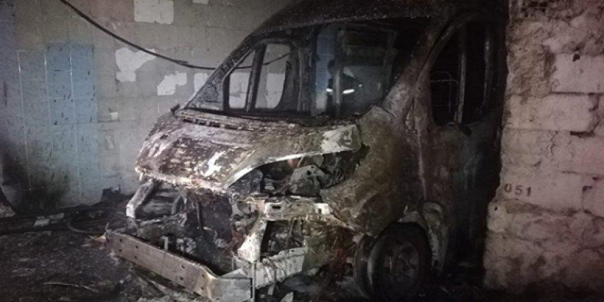 İzmir'de kundaklandığı ileri sürülen servis minibüsü yanarak küle döndü