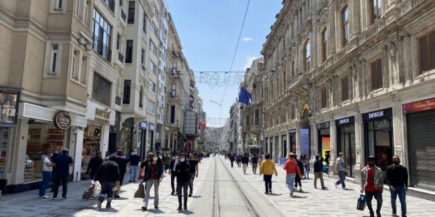 Normalleşmenin ikinci gününde vatandaşlar İstiklal Caddesi'ne akın etti