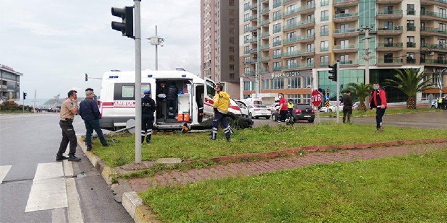 Ambulansla otomobil çarpıştı: 1 ölü, 1 yaralı