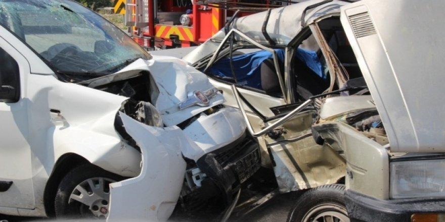 Manisa'da feci kaza! Araçlar kağıt gibi ezildi