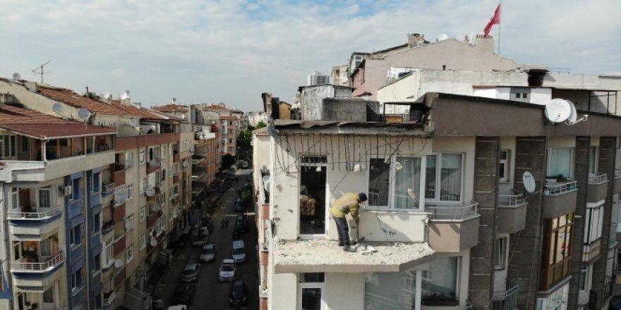 Güngören'de 5 katlı apartmanın teras duvarı yıkıldı
