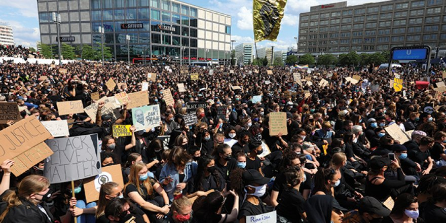 Almanya'da ırkçılık karşıtı protestoya binlerce kişi katıldı
