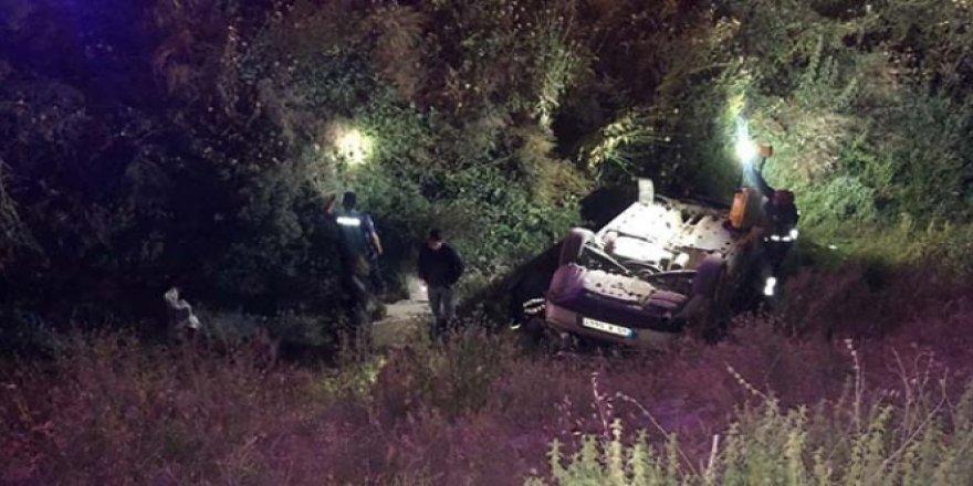 Virajı alamayan otomobil su kanalına uçtu, sürücüsü kaçtı