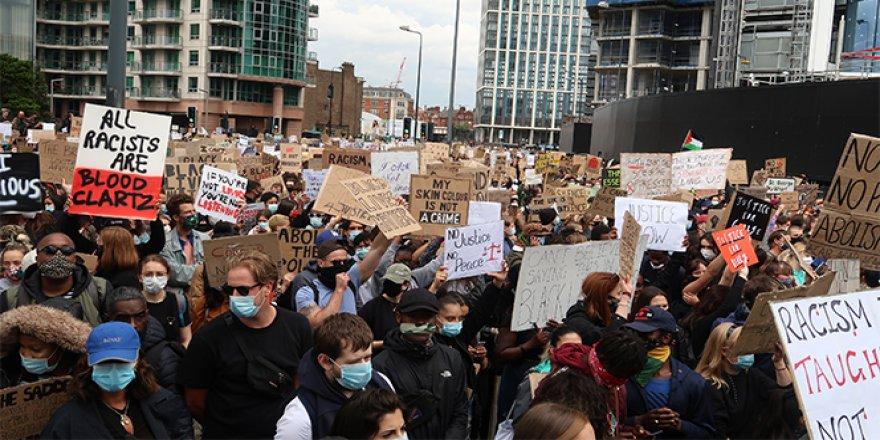 Londra'da binlerce kişi ABD Büyükelçiliğine yürüdü