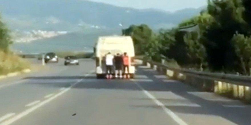 Patenci gençler, otobüsün arkasında saniye saniye kaydedildi