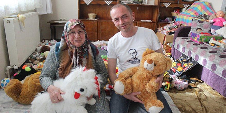 Annesiyle bozuk oyuncakları tamir etti, binlerce çocuğu sevindirdi