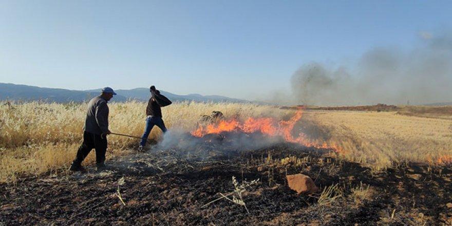 Buğday tarlasındaki anız yangını korkuttu