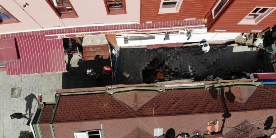 Kumpircilerin bulunduğu sokakta çöken yol havadan görüntülendi