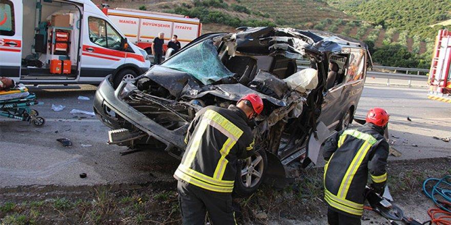 Hafif ticari araç kamyona arkadan çarptı: 2'si ağır 4 yaralı