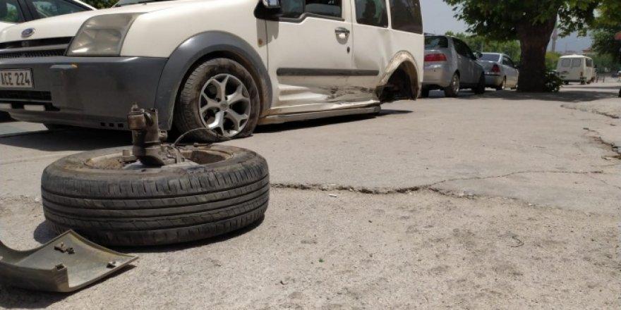 Kaza yapan aracın kopan tekerliği mağaza camından içeri girdi