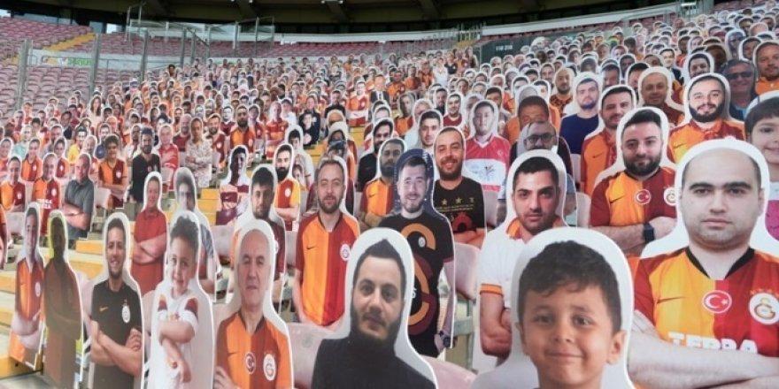 Galatasaray, karton taraftarları tribünlere yerleştirmeye başladı