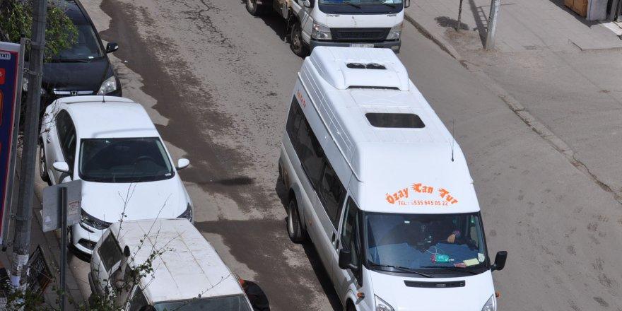 Kars'ta Gelişi Güzel Park Edilen Araçlar Sorun Olmaya Devam Ediyor