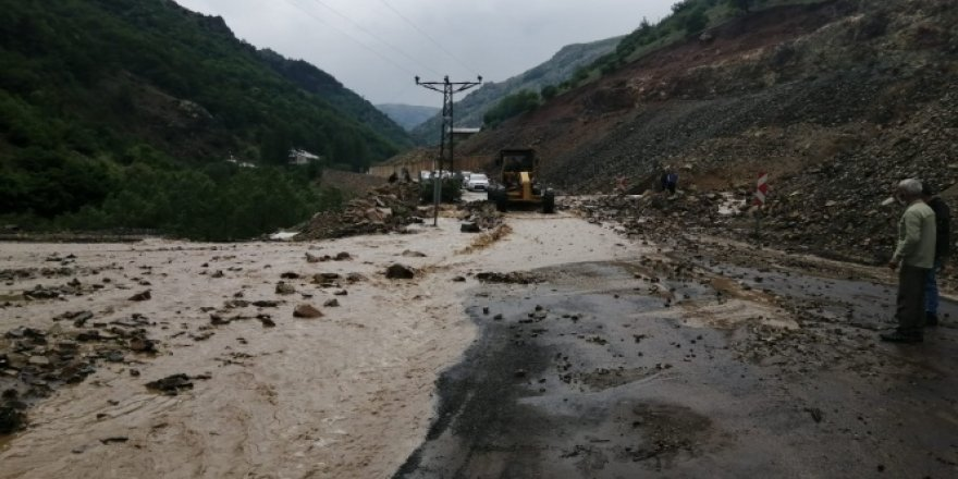 Giresun'da sağanak yağış karayolunu ulaşıma kapattı