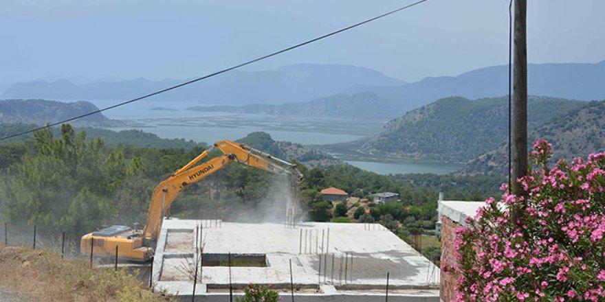 Dünyaca ünlü sahil manzaralı imara aykırı yapılar yıkılıyor