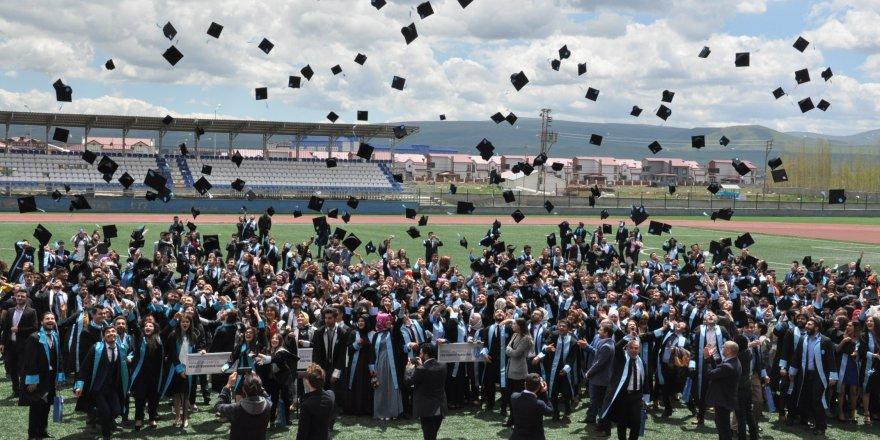 Kafkas Üniversitesinde mezuniyet coşkusu