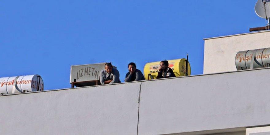 Bazıları sokağa, bazıları çatılara çıktı