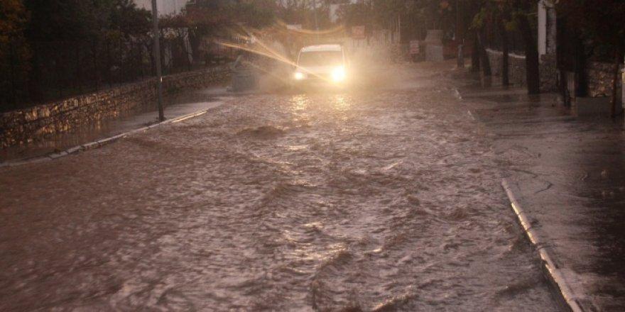 Bodrum'da cadde ve sokaklar göle döndü