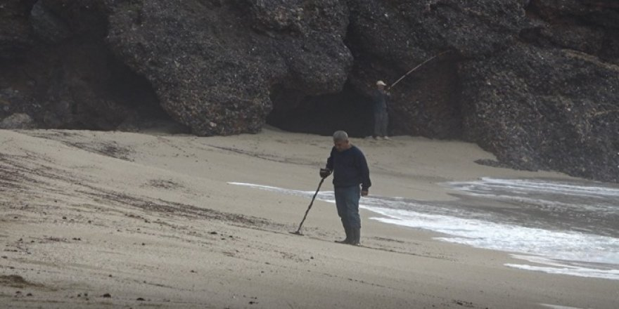 Alanya'da yağmur sonrası defineciler plajlara akın etti