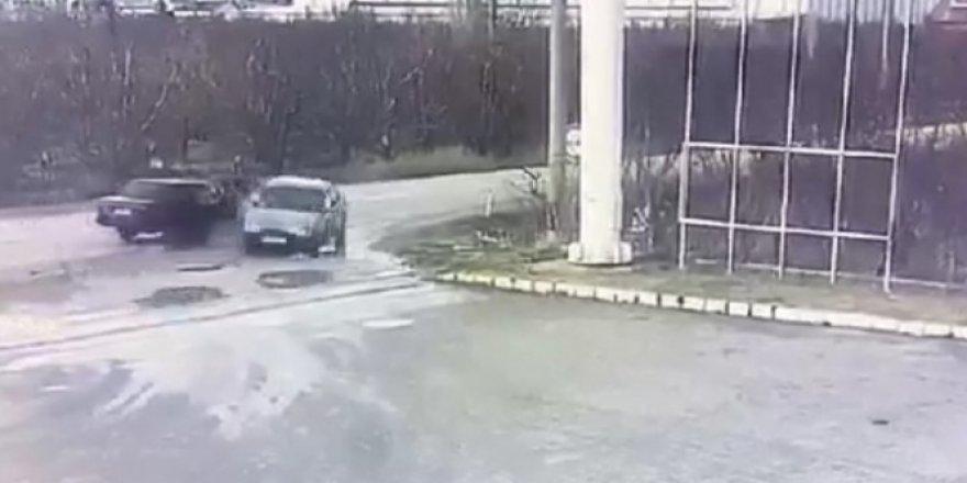 2 otomobilin çarpıştığı kaza anı kamerada