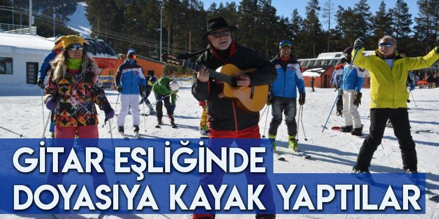 Gitar Eşliğinde Doyasıya Kayak Yaptılar
