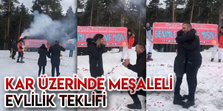 Kar Üzerinde Meşaleli Evlilik Teklifi
