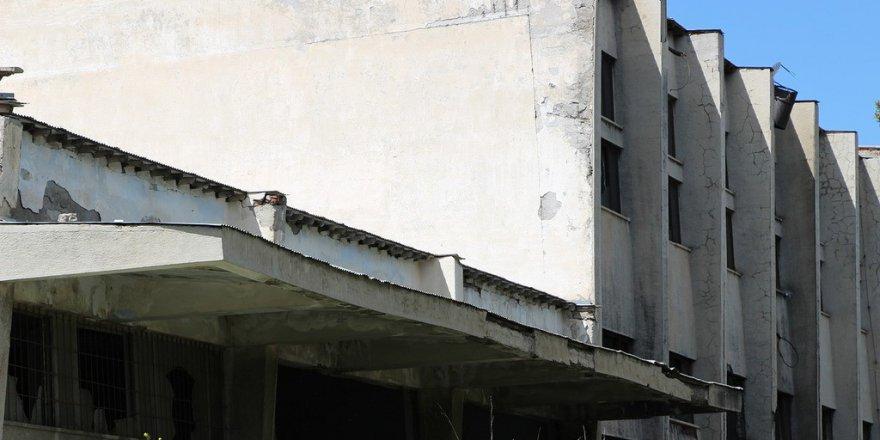 Eski Süt Fabrikası hizmet binası yıkılarak harabeye döndü