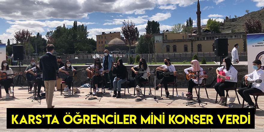 Kars'ta Öğrenciler Mini Konser Verdi
