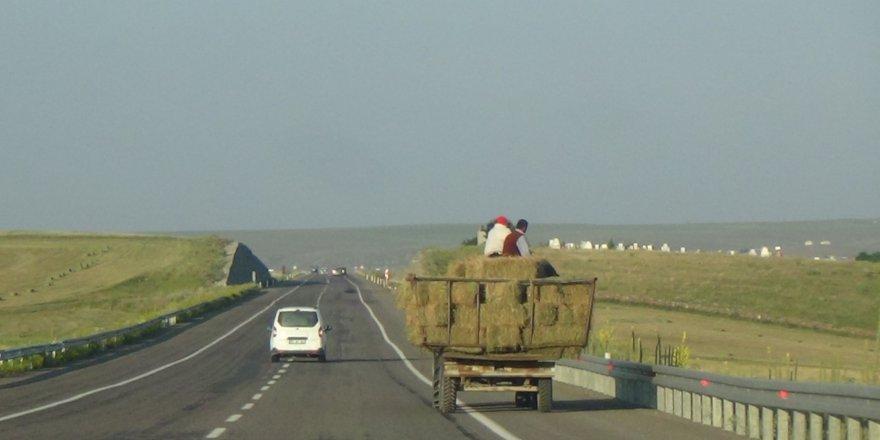 Traktör römorkunda tehlikeli yolculuk