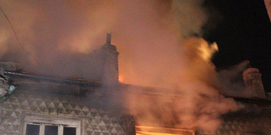 Sarıkamış'ta 5 ev yandı
