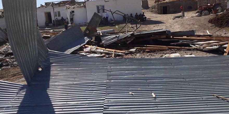Sarıkamış'ta şiddetli rüzgar çatıları uçurdu
