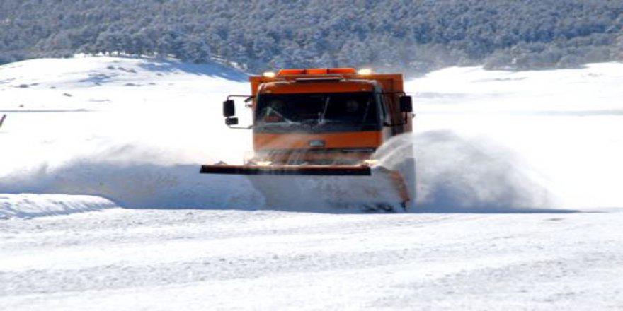 Kars'ta, kar ve tipiden 15 köy yolu kapandı