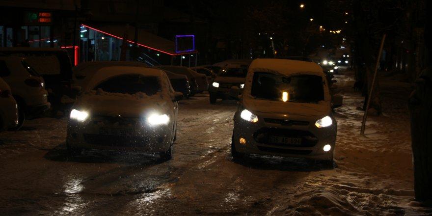 Kars'ta yağan kar trafiği felç etti