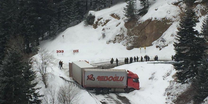 Kayan tır Ardahan-Artvin karayolunu ulaşıma kapattı