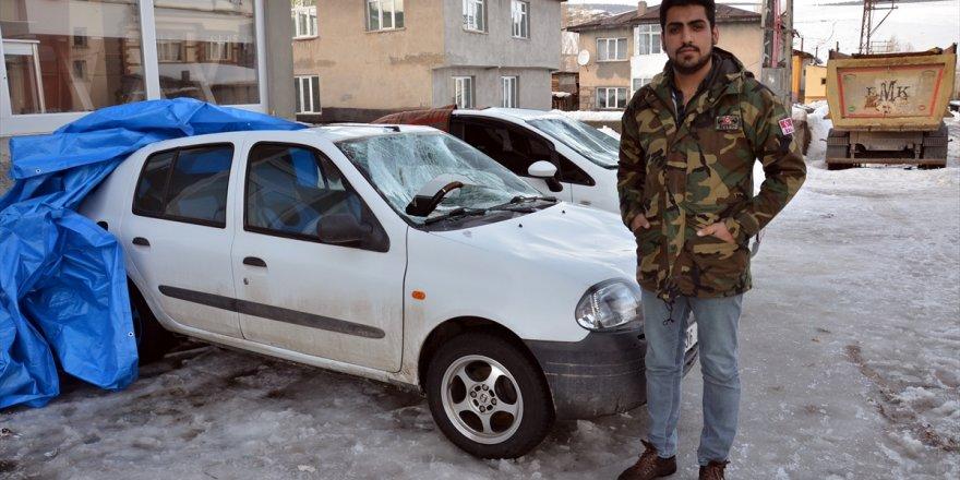 Kars'ta çatıdan düşen kar kütleleri 2 otomobile zarar verdi