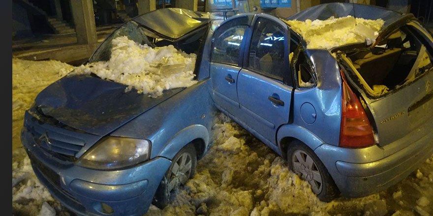Çatıda biriken kar otomobilin üzerine düştü