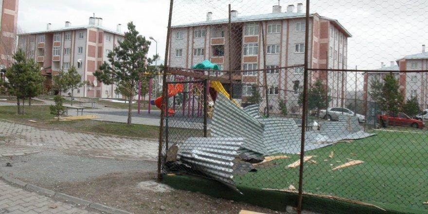 Kars'ta şiddetli fırtına hayatı felç etti