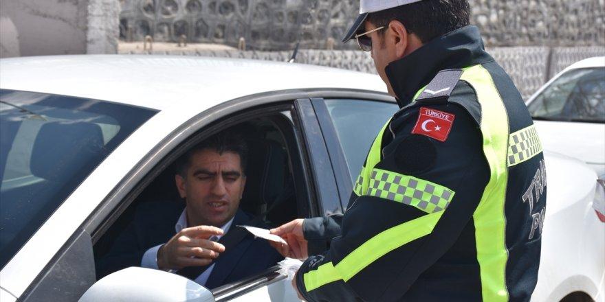 """Polisten sürücülere """"çikolatalı"""" uyarı"""