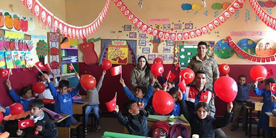 Kars'ta Jandarma'dan Çocuklara 23 Nisan Hediyesi