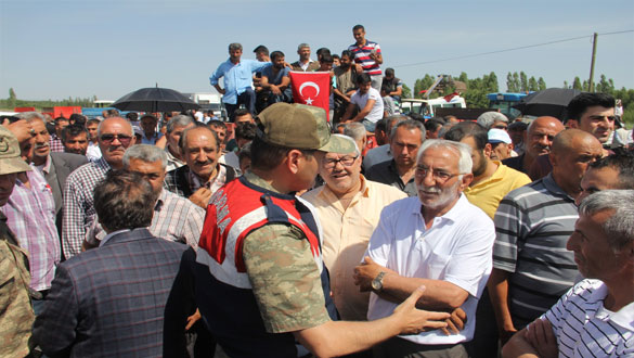 Iğdır'da köylüler yolu trafiğe kapattı
