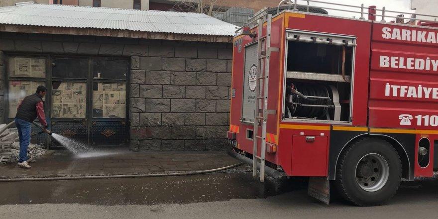 Sarıkamış'ta itfaiye ekipleri yolları yıkadı