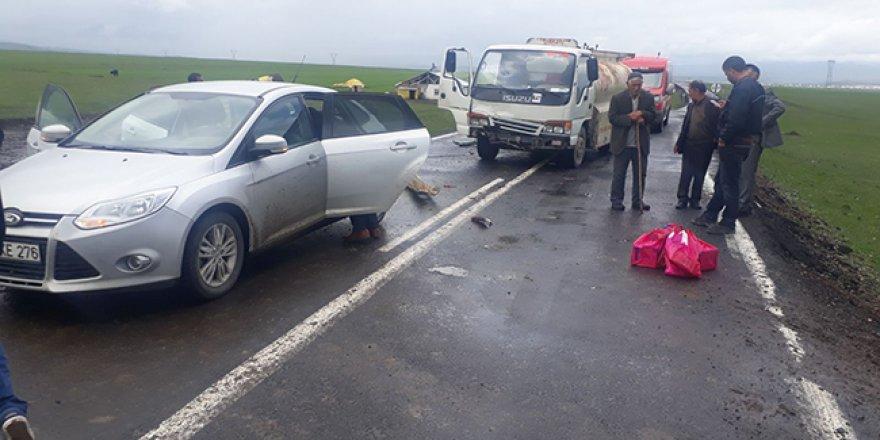 Kars'ta akaryakıt tankeri ile otomobil çarpıştı