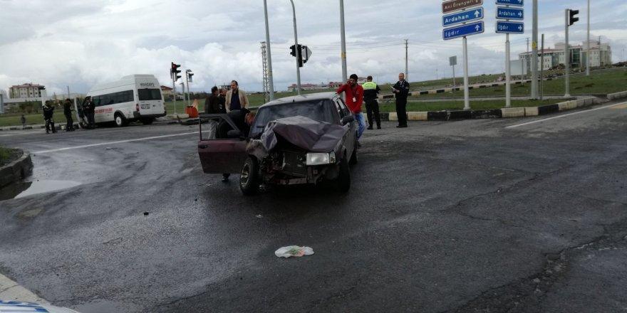 Kars'ta otomobil ile minibüs çarpıştı: 3 yaralı
