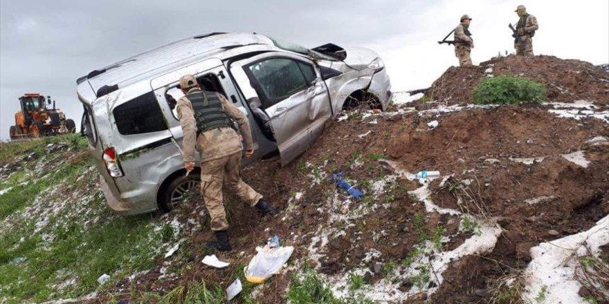 Kars'ta Otomobil Devrildi 3 Yaralı