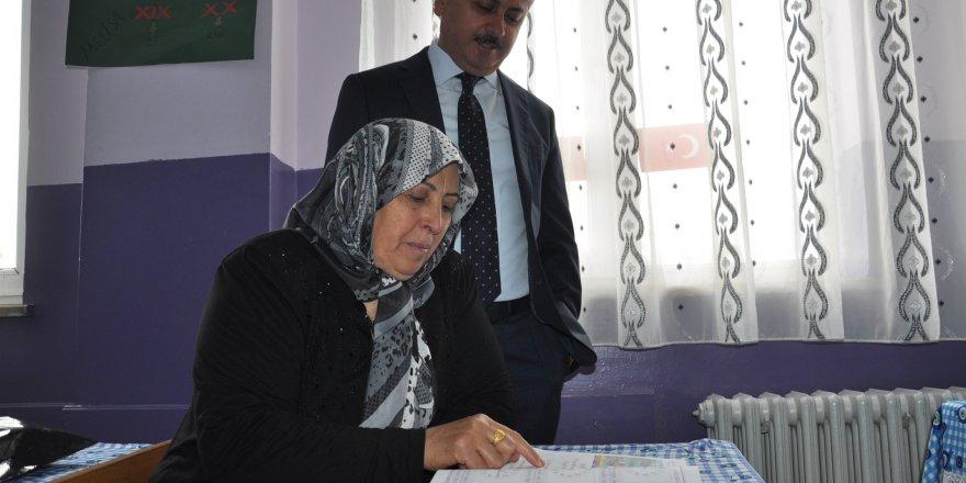 Okuma-yazma öğrendi ilk olarak İstiklal Marşı'nı okudu
