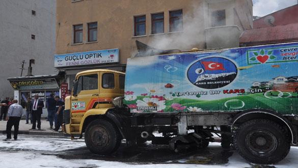 Kars Belediyesi'ne Ait Yol Süpürme Aracı Alev Aldı