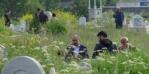 Kars'ta Bayram sabahı mezarlıklar ziyaretçilerle doldu